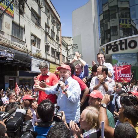 Lula discursa em carro aberto durante evento no Calçadão de Âlcantara. Foto: Guito Moreto / O Globo