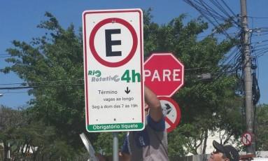 Subprefeitura da Barra faz operação para retirar placas falsas de estacionamento rotativo no Recreio Foto: O Globo / Dayana Resende