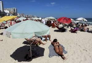 De acordo com pesquisadores, hábito de tomar sol é um elemento importante de um estilo de vida saudável Foto: Domingos Peixoto / Agência O Globo