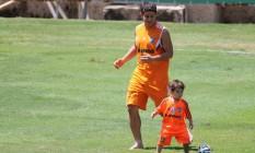 Em ambiente descontraído nas Laranjeiras, com o Flu de novo vencendo, o meia Conca brinca com o filho no fim do treino Foto: Fernando Cazaes / Photocamera