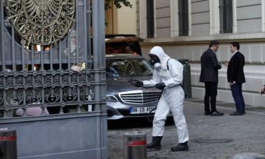Membro da Agência de Gestão de Desastres da Turquia (AFAD) investiga pacote suspeito no consulado alemão em Istambul Foto: OSMAN ORSAL / REUTERS