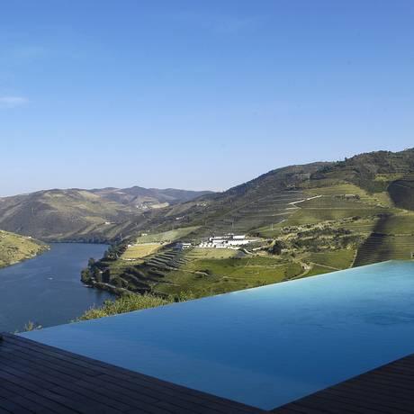 A piscina do Souto Moura, na Quinta do Crasto, dá a sensação de desaguar no Douro Foto: Luciana Fróes / O Globo