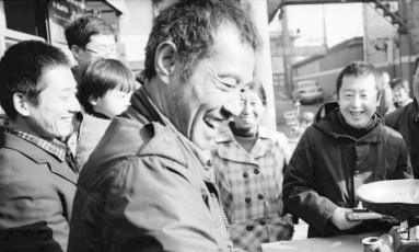 Volta às origens. Jia Zhang-ke (centro) em Fenyang, ao norte da China, onde nasceu: para o diretor brasileiro (abaixo), era 'necessário mergulhar em Fenyang para melhor entender' a obra do colega, que retrata transformações em seu país Foto: Walter Salles / Divulgação