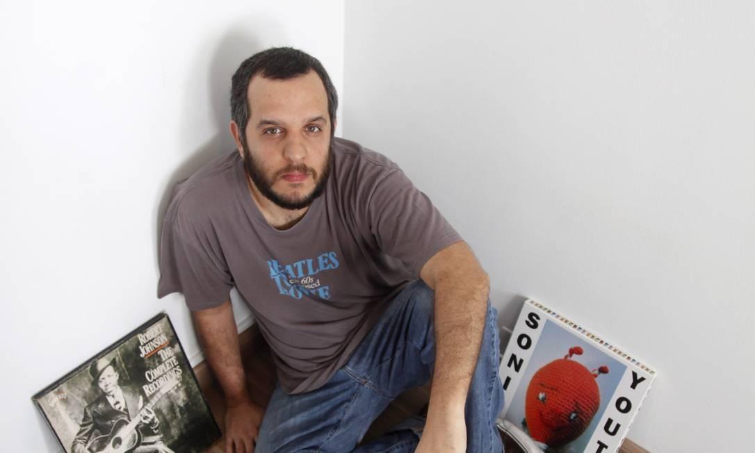 McGill. O autor entre os discos com as músicas escolhidas Foto: O Globo / Daniela Hallack Dacorso
