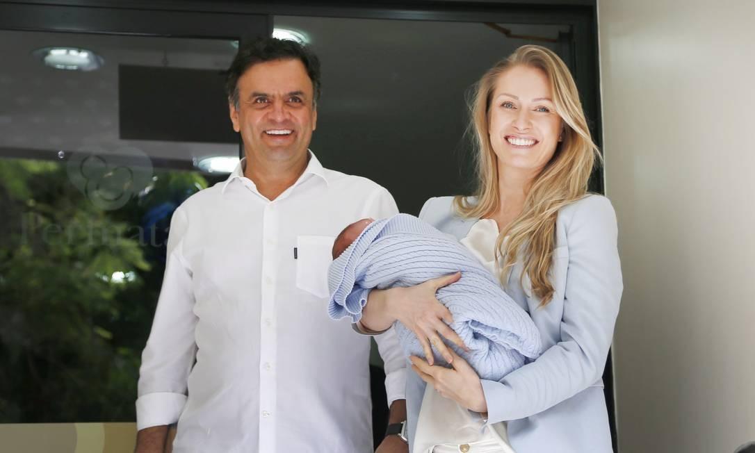 Em agosto de 2014, Aécio Neves deixando a maternidade Perinatal, em Laranjeiras, com seu filho Bernardo e a mulher, Leticia Weber Foto: Ivo Gonzalez / Agência O Globo
