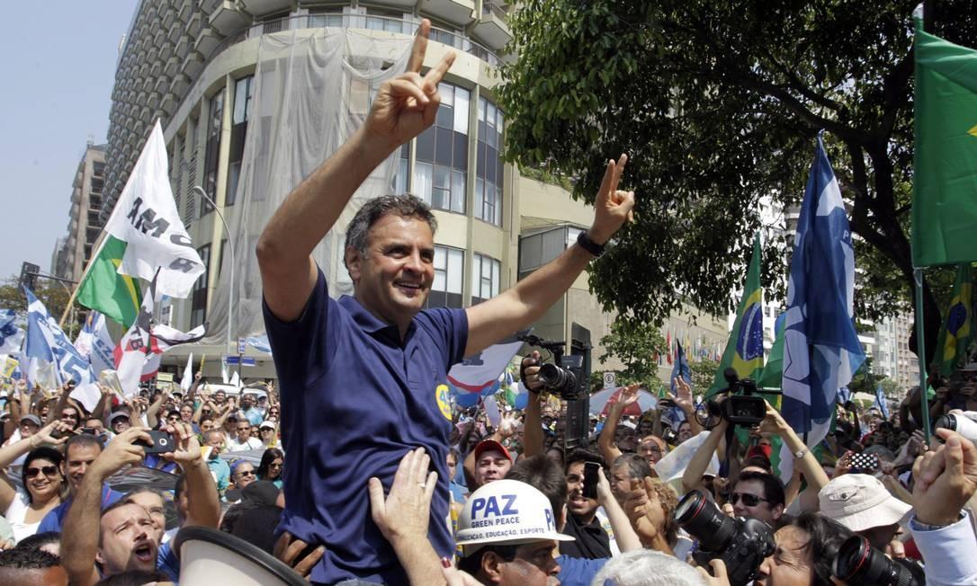 Aécio em campanha em Copacabana às vésperas do segundo turno Foto: Gustavo Miranda / Agência O Globo