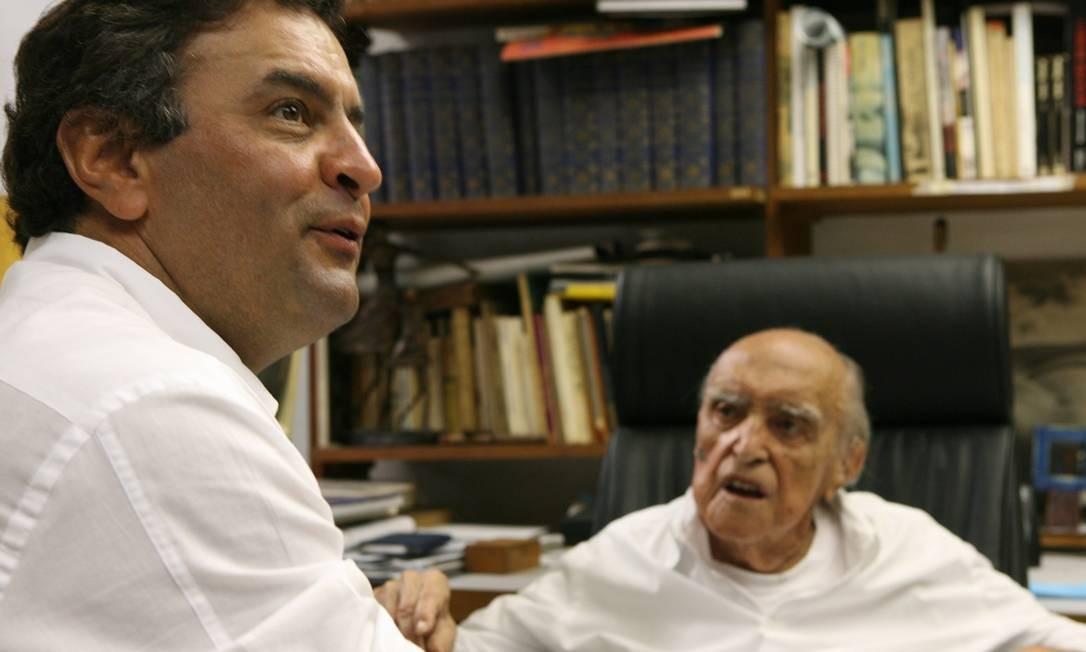 Em 2009, encontro de Aécio com Oscar Niemeyer para falar sobre o andamento das obras da Cidade Administrativa do Governo mineiro, projetada pelo arquiteto Foto: Ana Branco / Agência O Globo