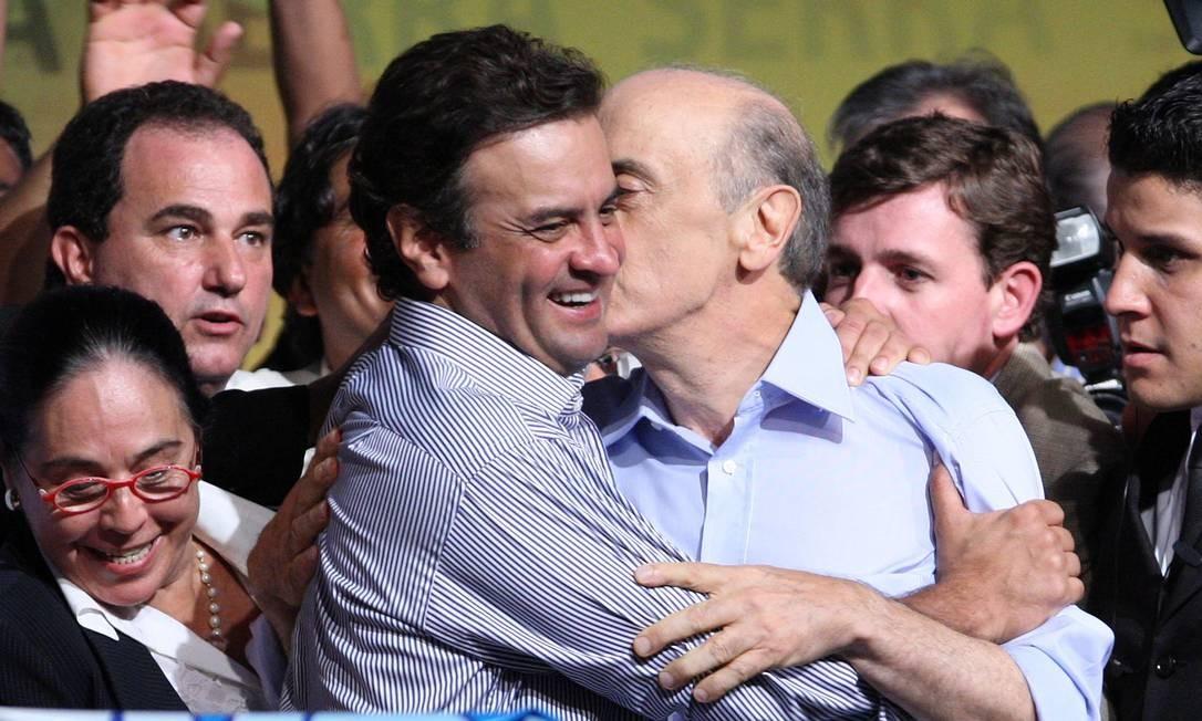 Aécio em campanha de José Serra para a Presidência da República em 2010 Foto: Gustavo Miranda / Agência O Globo