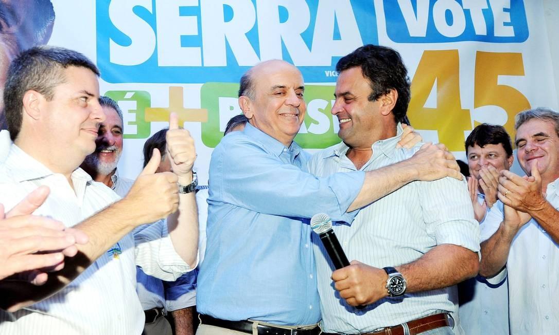 Em 2010, viagem de campanha a Uberlândia, José Serra recebe imagem de Nossa Senhora da Abadia, Minas Gerais Foto: Cacalos Garrastazu / Agência O Globo