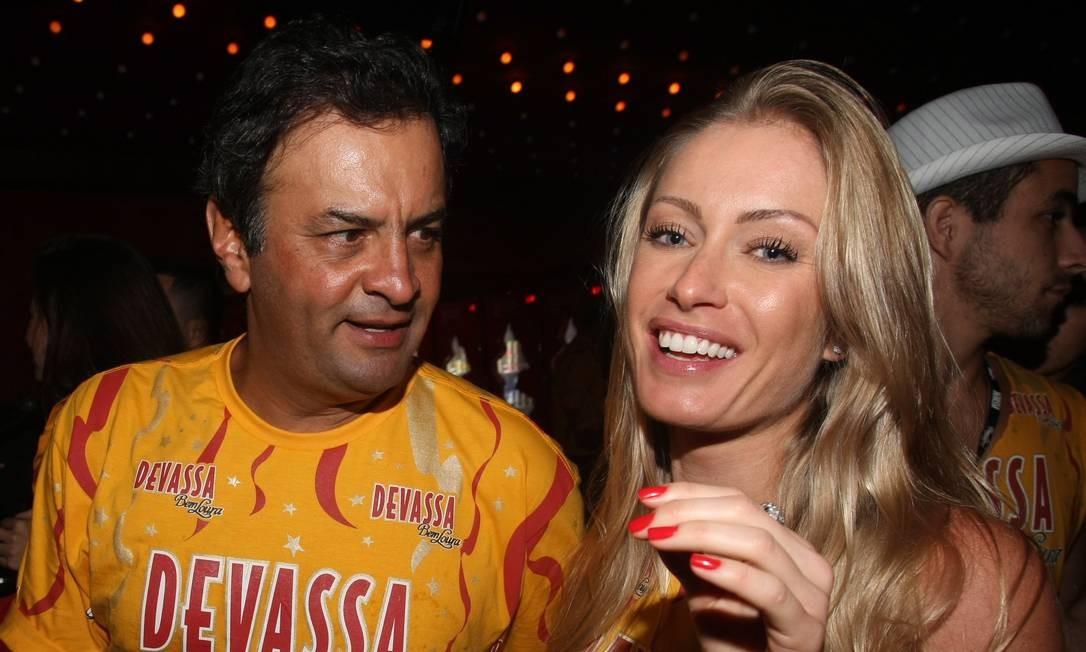 Em 2011, Aécio vai a camarote no carnaval do Rio com a mulher, Letícia Weber Foto: Marcos Ramos / Agência O Globo