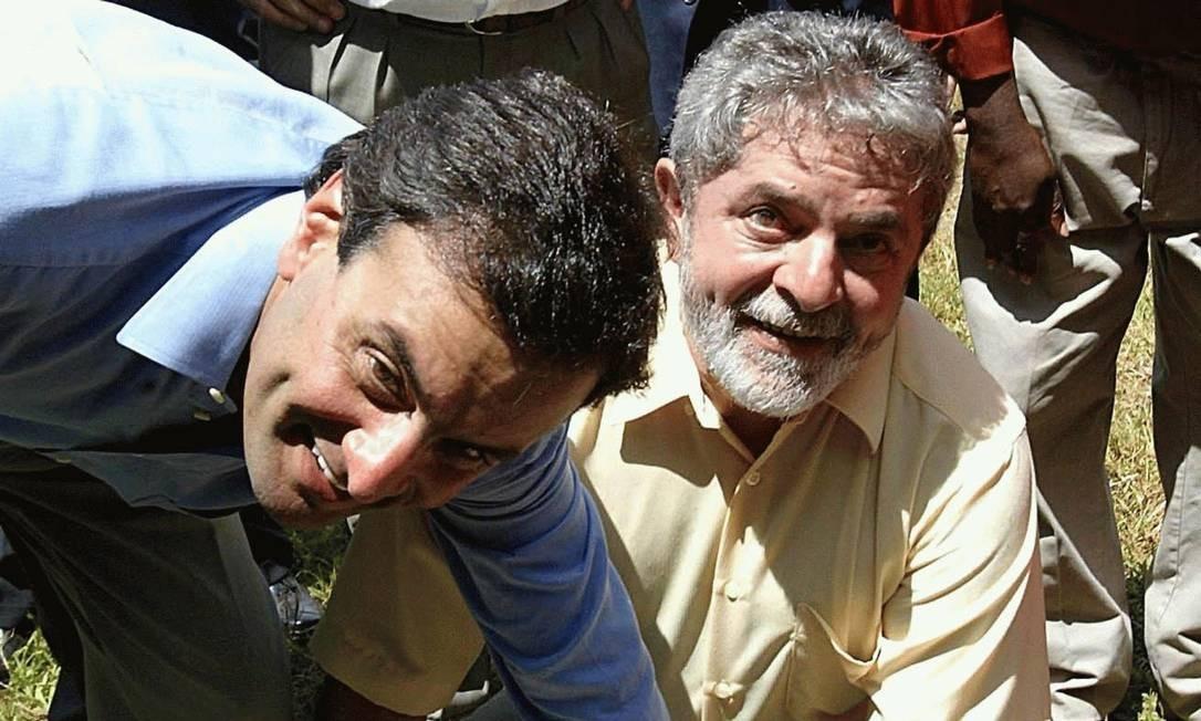 PRÉ-LAVA-JATO - Em 2004, em Campo Florido (MG), ao lado do então governador de Minas Aécio Neves, Lula deixa a marca de sua mão no cimento, no assentamento Nova Santo Inácio Ranchinho. Foto: Divulgação