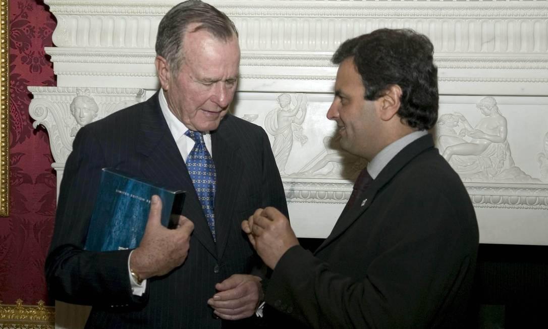 Em 2004, Aécio Neves entrega a George Bush broche de lapela com a bandeira de Minas Gerais no Fórum das Américas Foto: Eduardo Martino / Divulgação