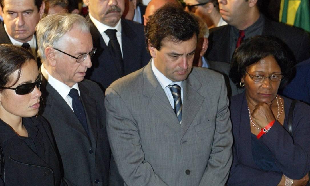 Em 2004, Aécio vai ao velório do ex-governador Leonel Brizola no Palácio Guanabara. Ao lado dele, Itamar Franco Foto: Sérgio Borges / O Globo