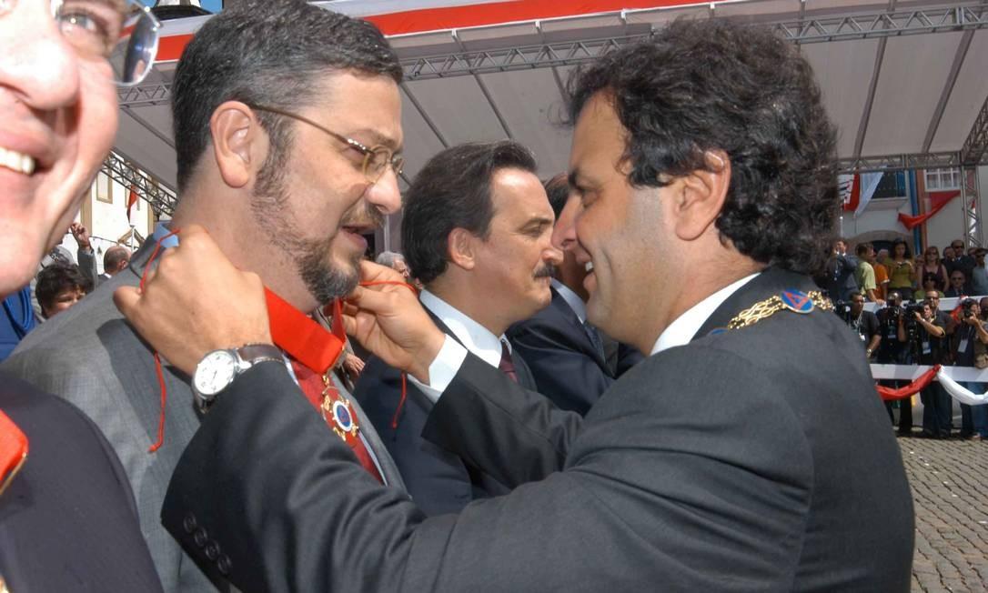Em 2005, então ministro da Fazenda, Antonio Palocci, recebe do governador Aécio Neves a Medalha da Inconfidência Foto: Omar Freire / Divulgação