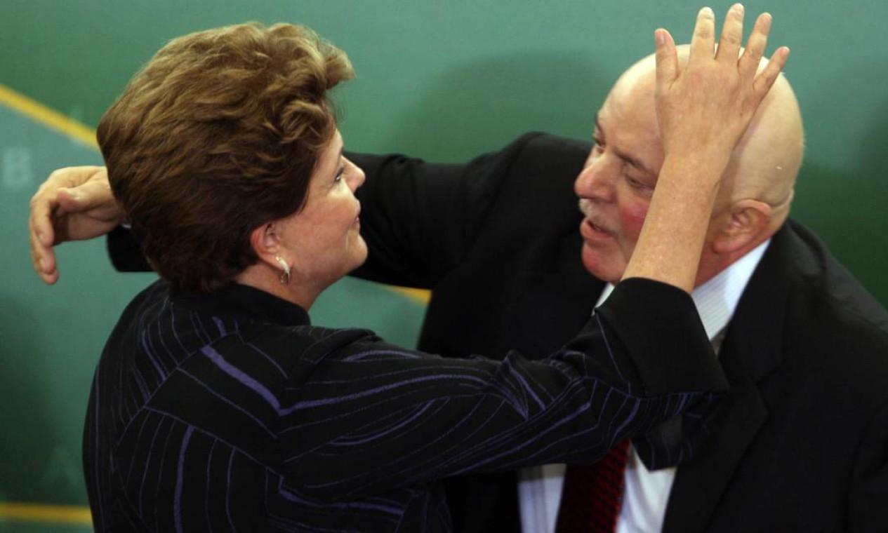 Dilma recebe Lula, que passava por um tratamento contra o câncer em 2012, para a cerimônia de posse dos novos ministros da Educação, Aloizio Mercadante, e da Ciência, Tecnologia e Inovação, Marco Antonio Raupp Foto: Gustavo Miranda / Agência O Globo