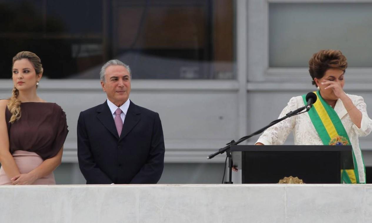 Em 2011, Dilma Roussef se emociona ao discursar no Parlatório do Palácio do Planalto ao lado de seu vice presidente, Michel Temer, acompanhado da mulher, Marcela Foto: André Coelho / Agência O Globo
