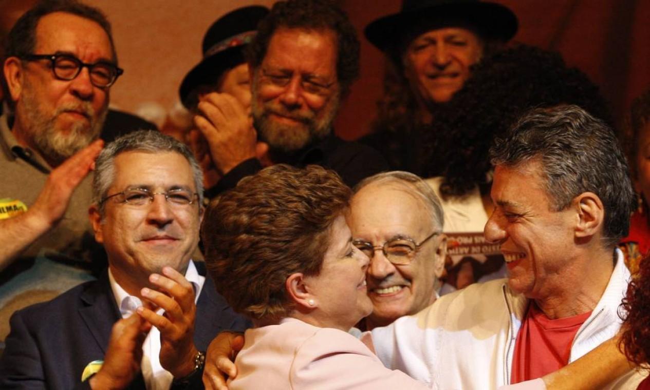 Em 2010, quando era candidata ao primeiro mandato, Dilma se reuniu com artistas que a apoiavam Foto: Domingos Peixoto / Agência O Globo