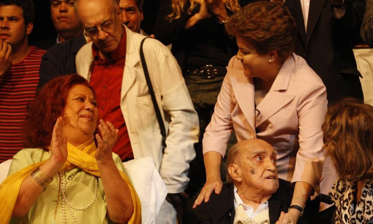 Dilma, em 2010, com Beth Carvalho e Oscar Niemeyer: apoio de personalidades Foto: Domingos Peixoto / Agência O Globo