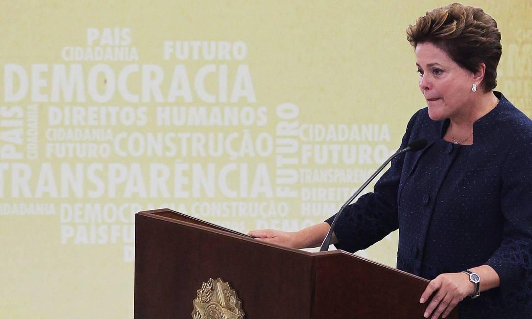 Cerimônia de Instalação da Comissão Nacional da Verdade, em 2012. Dilma se emociona durante discurso na posse dos membros no Palácio do Planalto Foto: Ailton de Freitas / Agncia O Globo