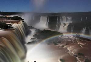 Cataratas do Iguaçu fotografada durante um passeio noturno, numa noite de lua cheia. Local tem albergue com diária por R$ 1 Foto: Carlos Ivan / Agência O Globo