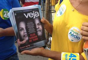 Panfletos com capa de revista são distribuídos por cabos eleitorais de Aécio em MG Foto: Agência O Globo / Cristiane Jungblut