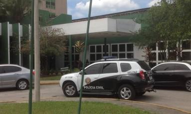 Carro da Polícia Civil na porta do Hospital Adão Pereira Nunes: delegacia vai investigar crime de estelionato Foto: Divulgação / Polícia Civil