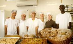 Aula. Alunos e professores que ensinam variedades de pães e biscoitos Foto: Bia Guedes