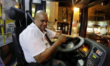 Nilton Antunes Júnior: motorista dirige imitando Silvio Santos Foto: Carlos Ivan / Agência O Globo
