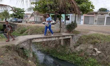 Em Itaboraí, canal que recebe esgoto das residências cruza o bairro de Aldeia da Prata, que possui cerca de 9 mil moradores sem acesso a saneamento básico Foto: Pedro Kirilos / Agência O Globo