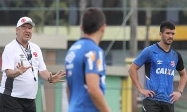 O técnico Joel Santana conversa com Diego Renan e Luan em treino do Vasco Foto: Marcelo Sadio / Vasco da Gama
