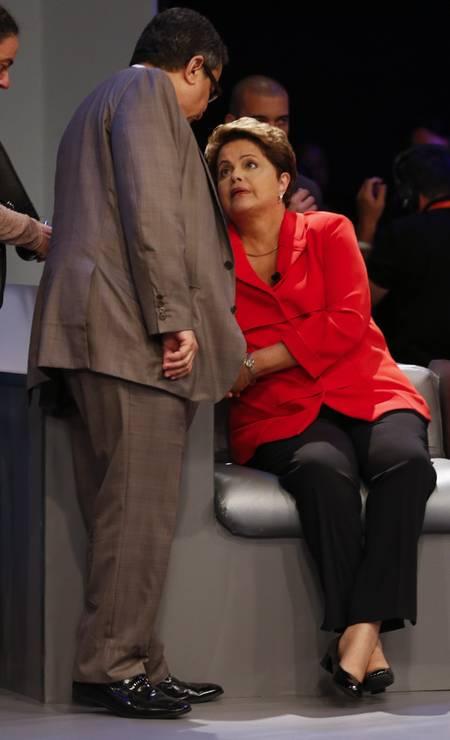 Dilma é aconselhada pelo marqueteiro João Santana antes do início do debate Foto: Alexandre Cassiano / Agência O Globo