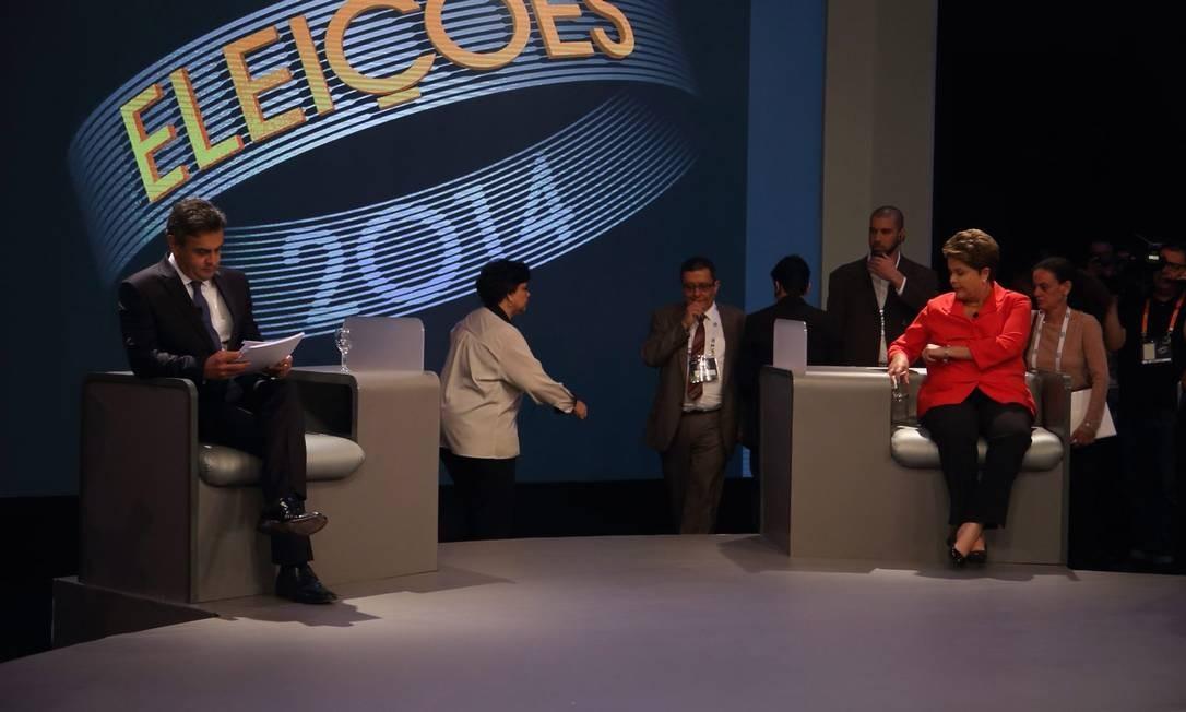 Candidatos aproveitam intervalos para fazer consultas em anotações Foto: Marcelo Carnaval / Agência O Globo