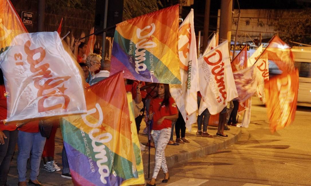 Militantes pró-Dilma nas proximidades do Projac Foto: Fernando Quevedo / Agência O Globo