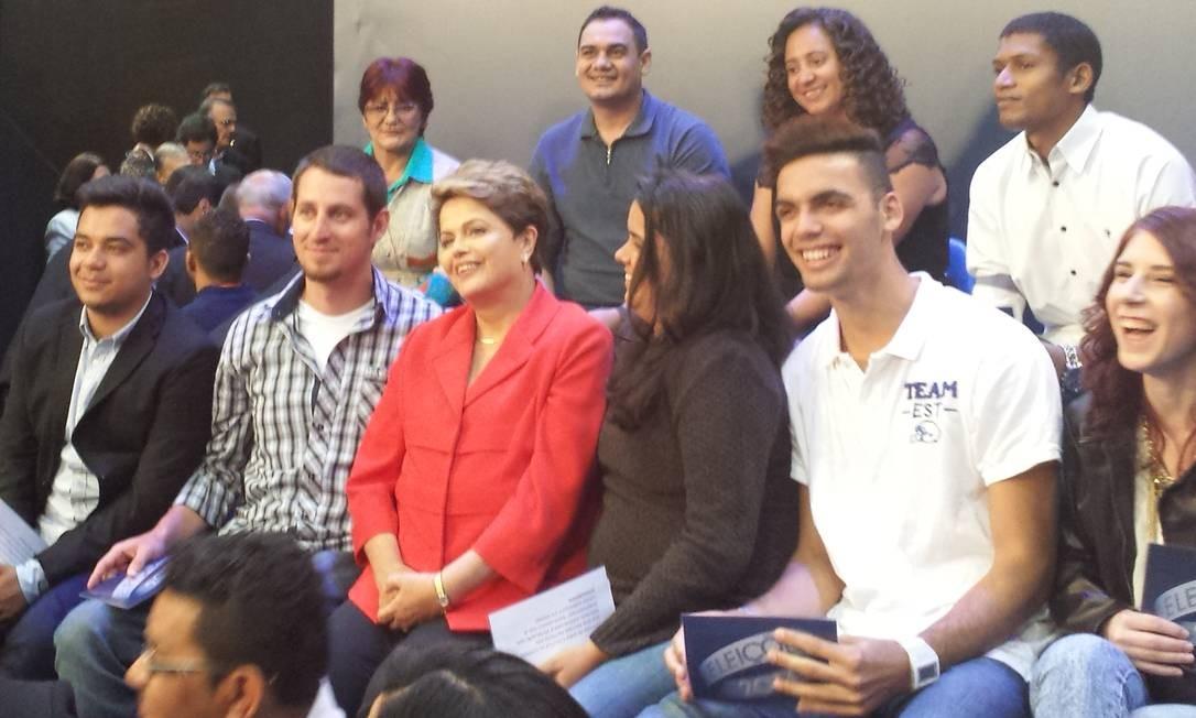 'Não deixarei pedra sobre pedra. Causamos!', diz Dilma ao posar com os indecisos no fim do debate Foto: Divulgação