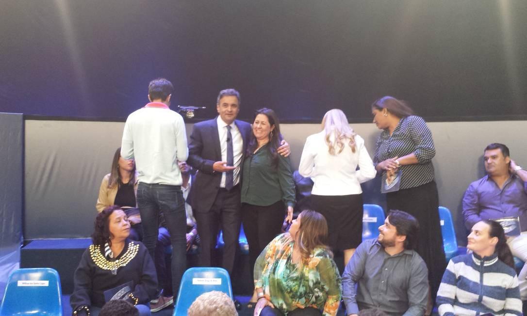 Ao final do debate, Aécio foi conversar com os indecisos que estava na plateia. Tirou fotos e dúvidas: 'Chego muito leve no final', disse Foto: Divulgação
