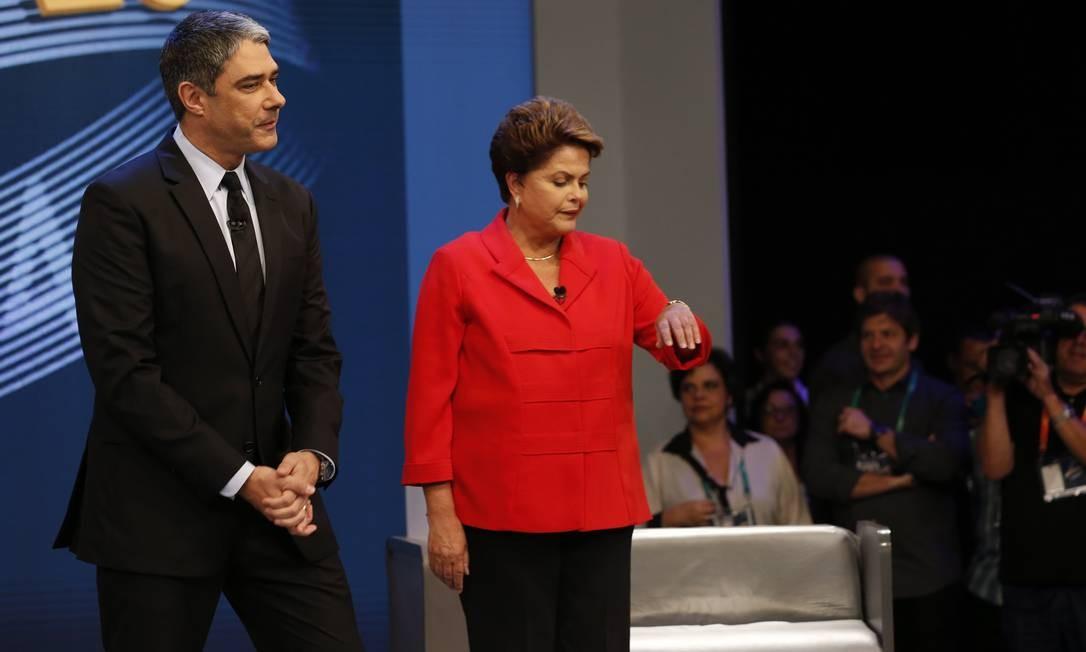 Pouco antes do início do debate, Dilma checou a hora. O confronto entre a petista e o tucano começou às 22h08min Foto: Alexandre Cassiano / Agência O Globo