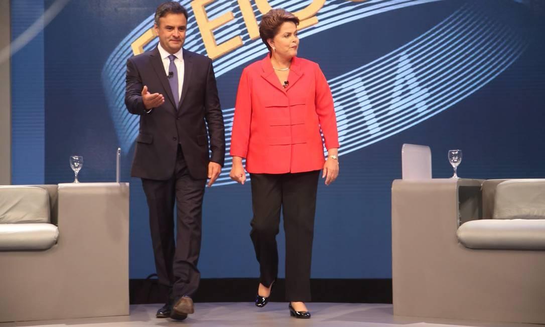 Ao entrar no estúdio, Aécio deu passagem a Dilma Foto: Marcelo Carnaval / Agência O Globo