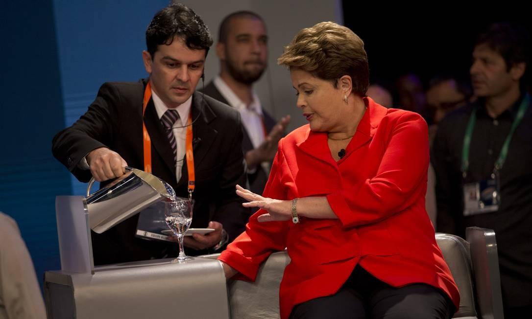 Nos intervalos, Dilma aproveitava para sentar, tomar água e rever suas anotações Foto: Silvia Izquierdo / AP
