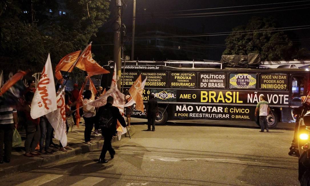 Do lado de fora do Projac, havia a presença de militantes pró-Dilma, pró-Aécio e aqueles que defendem o voto nulo Foto: Fernando Quevedo / Agência O Globo