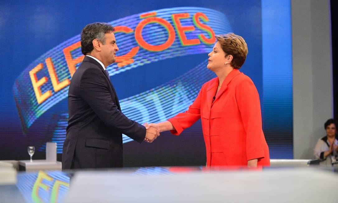 Fim de debate: Dilma Rousseff e Aécio Neves cordialmente se cumprimentam Foto: Agência O Globo
