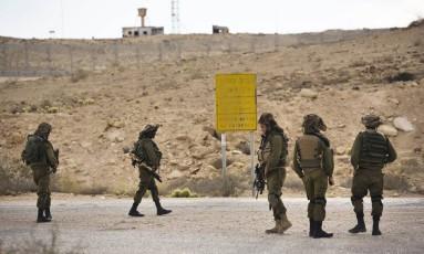 Soldados israelenses patrulham área perto da fronteira entre Israel e Egito Foto: AMIR COHEN / REUTERS