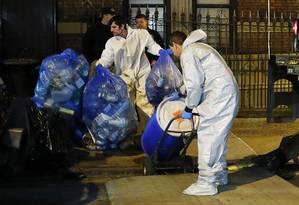 Equipe limpa apartamento do médico Craig Spencer, que está recebendo tratamento para ebola em um hospital de Nova York Foto: EDUARDO MUNOZ / REUTERS