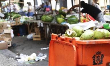 Apartir de segunda, equipes do Lixo Zero começam a percorrer feiras livres da Zona Sul e do Centro em ação educativa para lembrar feirantes de recolher seu lixo Foto: Ana Branco / Agência O Globo