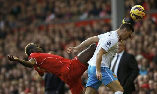 Balotelli, do Liverpool, quase atinge a cabeça de James Chester, do Hull City, em jogo pela Liga Inglesa Foto: PHIL NOBLE / REUTERS