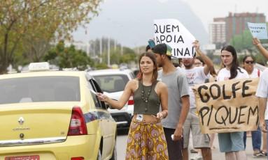 Cerca de 30 manifestantes pedem o embargo imediato das obras do campo de golfe dos Jogos Olímpicos de 2016, na Barra da Tijuca Foto: Agência O Globo / Ana Branco