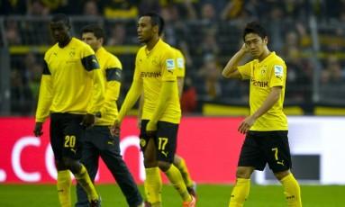 Os jogadores do Borussia Dortmund cabisbaixos após mais uma derrota no Campeonato Alemão Foto: SASCHA SCHUERMANN / AFP