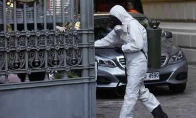 Um membro da Agência de Gestão de Desastres da Turquia (Afad) desinfeta o jardim do Consulado alemão em Istambul Foto: OSMAN ORSAL / REUTERS