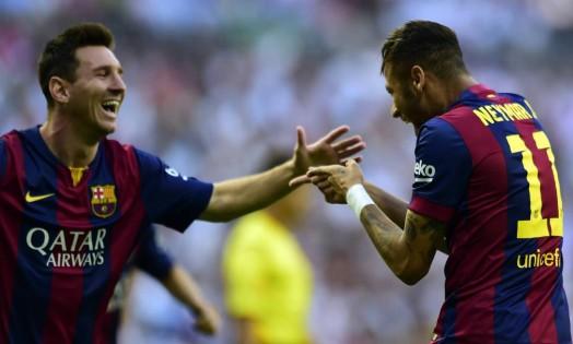 Neymar e Messi comemoram o gol do Barcelona no clássico contra o Real, em Barcelona Foto: JAVIER SORIANO / AFP