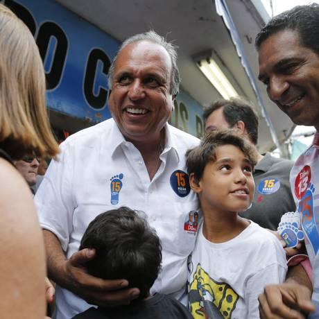 Luiz Fernando Pezão em ato de campanha no calçadão de Belford Roxo Foto: Felipe Hanower / Agência O Globo