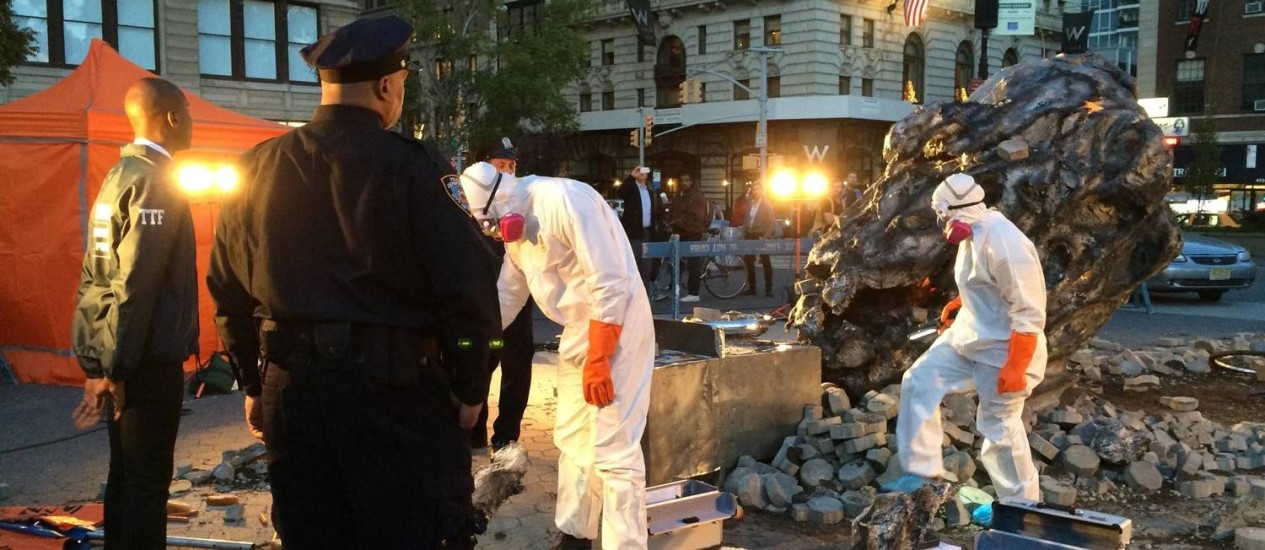 Investimento na divulgação da obra incluiu um meteoro de mentira em plena Union Square, em NY Foto: Divulgação